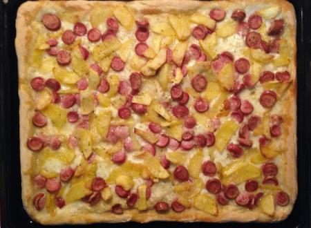Pizza wurstel e patatine con mozzarella