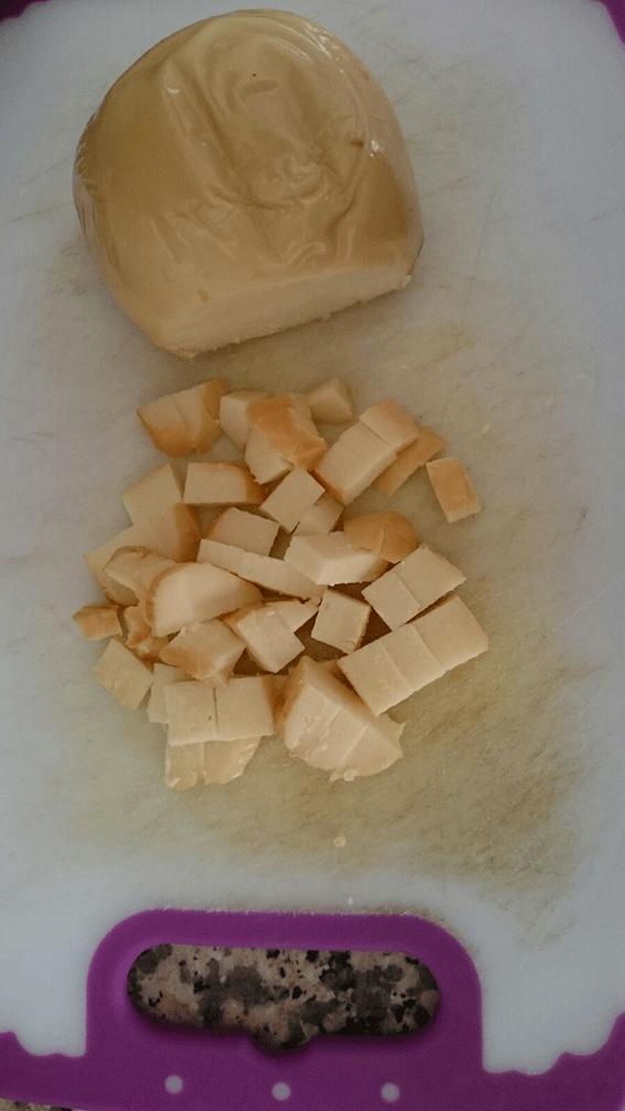 La scamorza affumicata tagliata a dadini.