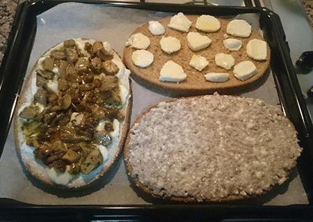 Antipasto di Bruschettona margherita e Bruschettona Stracchino e salsiccia