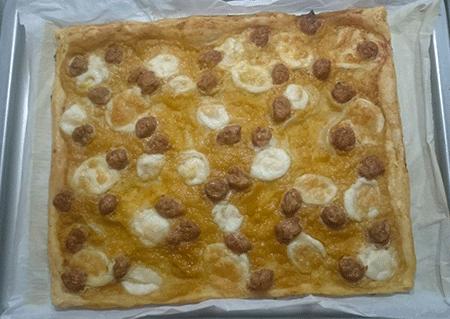 Pizza con crema di zucca e salsiccia
